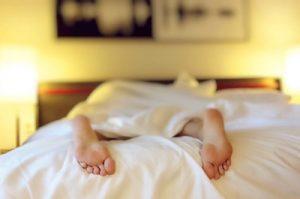 imagen-chica-durmiendo-pies